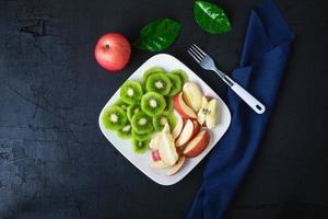 vista dall'alto del piatto di frutta foto