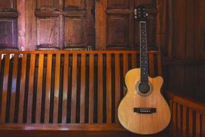 chitarra acustica posta su pavimenti in legno foto
