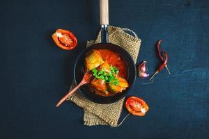 pesce con salsa di pomodoro foto