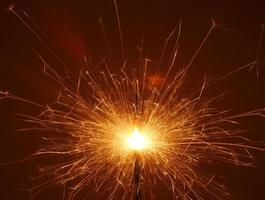 sparkler arancione nel cielo notturno
