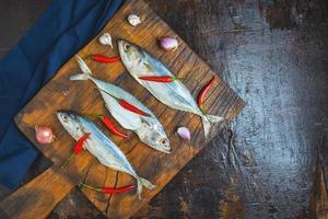 pesce sgombro su sfondo scuro foto
