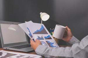 uomo d'affari tenendo la tazza di caffè