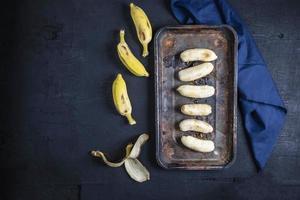 banane su sfondo nero foto