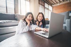 due donne che utilizzano laptop a casa