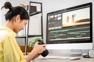 donna che tiene una macchina fotografica e utilizzando l'applicazione foto