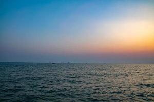 tramonto colorato in riva al mare foto