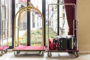 carrelli per bagagli dell'hotel vicino alla finestra