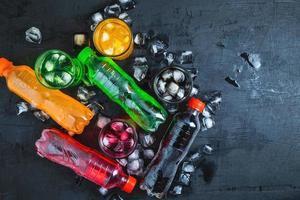 soft drink e bicchiere di bibite sul ghiaccio e rinfrescanti