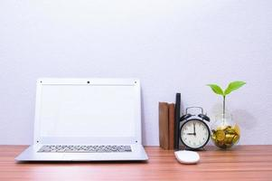 laptop e altri oggetti sulla scrivania