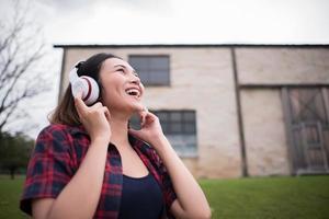 primo piano della donna giovane hipster, ascoltando musica all'aperto foto