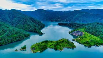 acque calme e montagne