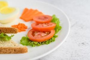 uovo sodo con pomodori e carote