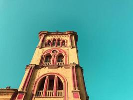 cartagena, colombia, 2020 - campanile sulla chiesa foto