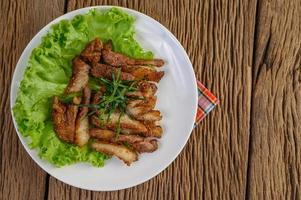 collo di maiale alla griglia su un tavolo di legno foto