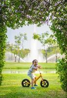 bambina in sella a una bici equilibrio nel parco