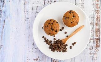 cupcakes alla banana mescolati con gocce di cioccolato e chicchi di caffè foto