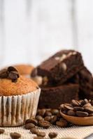 cupcakes alla banana mescolati con gocce di cioccolato foto