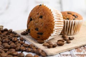 cupcakes alla banana mescolati con gocce di cioccolato su un piatto bianco foto
