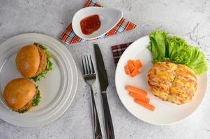 panino con salsiccia e hamburger foto
