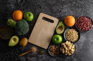 legumi e frutta su fondo scuro