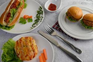 pane salsiccia con hot dog e hamburger foto