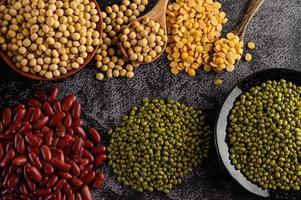 legumi e fagioli assortiti su una superficie di cemento nero foto