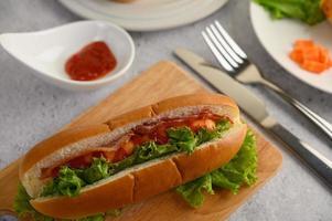hot dog e pancetta nel pane foto