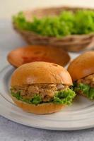 due hamburger disposti magnificamente su un piatto bianco foto