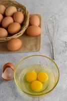 uova biologiche e olio per la preparazione da forno foto