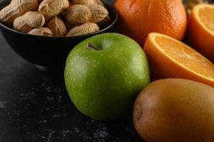 legumi, frutta e salmone su un tagliere di legno foto