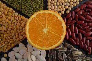 legumi con un'arancia tagliata a metà