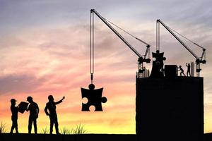 silhouette persone in costruzione foto