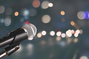 microfono con uno sfondo bokeh