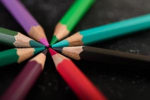 primo piano di pastelli in legno disposti in una ruota dei colori foto