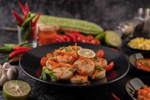 Insalata di salsiccia di maiale vietnamita con peperoncino, limone, aglio e pomodoro foto