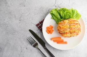 antipasti con hamburger e panino alla salsiccia foto