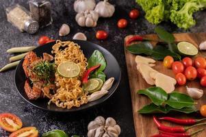 granchio con tagliatelle e limone, peperoncino, pomodoro, aglio e citronella foto