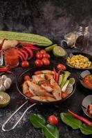 insalata di carne piccante con peperoncino, limone, aglio e pomodoro foto