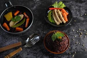 bacche di riso viola con petto di pollo alla griglia, zucca e carota