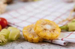 primo piano peperoncino, pomodoro e mais foto
