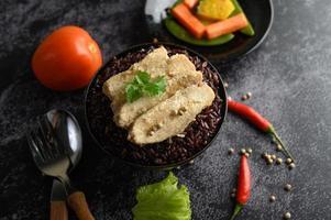 petto di pollo alla griglia con peperoni su bacche di riso viola mature