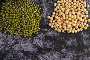 soia e fagiolo verde su uno sfondo di pavimento di cemento nero foto