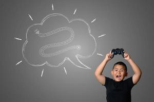 giovane ragazzo gioca divertenti giochi di strategia, concetto astratto