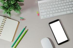 scrivania da ufficio con computer e smart phone foto