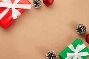 decorazioni natalizie su carta kraft con spazio di copia foto