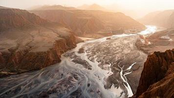 fiume tra le montagne foto