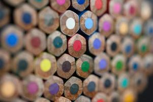 primo piano gruppo di matite colorate, messa a fuoco selezionata sul rosso foto