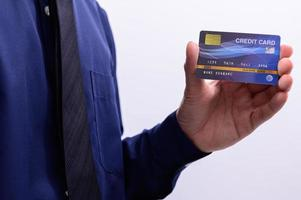 persona in possesso di una carta di credito blu foto