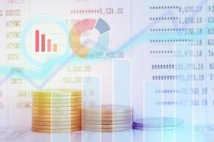 pila di monete con sovrapposizione di grafico