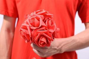 persona con un bouquet rosso foto